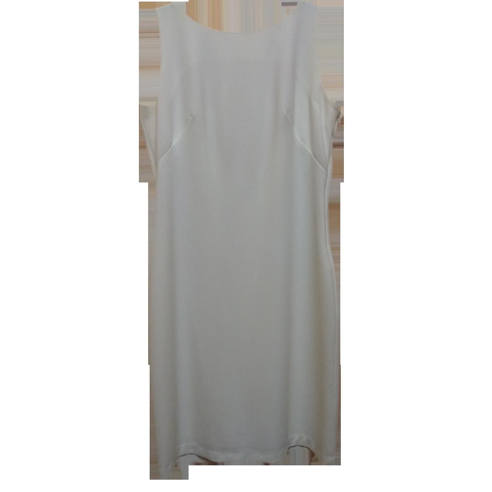 Κοντό φόρεμα με χρυσή αλυσίδα στην πλάτη