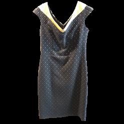Κοντό φόρεμα σε στενή γραμμή και V πλάτη