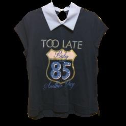 Μπλούζα με ριγέ γιακά και ψηφιακό τύπωμα