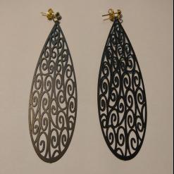 Μεταλλικά σκουλαρίκια σε σχήμα οβάλ