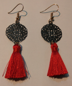 Short perforated earrings with small tassel