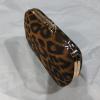 Λεοπάρ clutch bag με χρυσή αλυσίδα